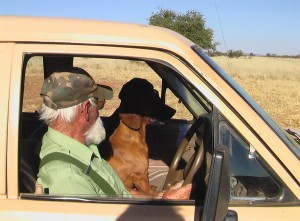 Emanuel mit den Hunden_Farm Hazeldene_Namibia